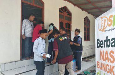 Berbagi nasi Jumat Masjid Baiturrahman Jurang Porong
