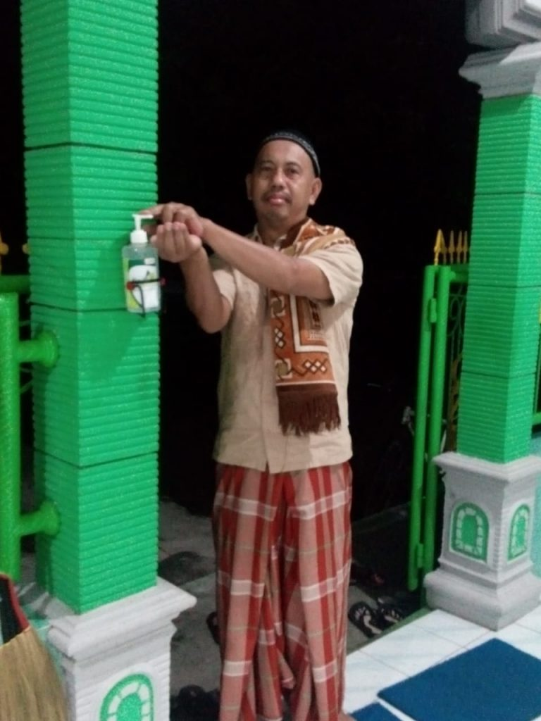 Bagikan Hand Sanitizer untuk masjid.